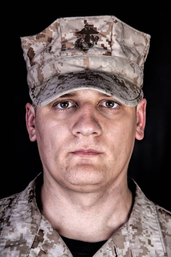 U S Infante de marina en retrato del estudio del casquillo de la patrulla en negro imagen de archivo libre de regalías