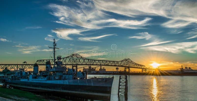 U S S Kidd和密西西比河桥梁 免版税库存照片