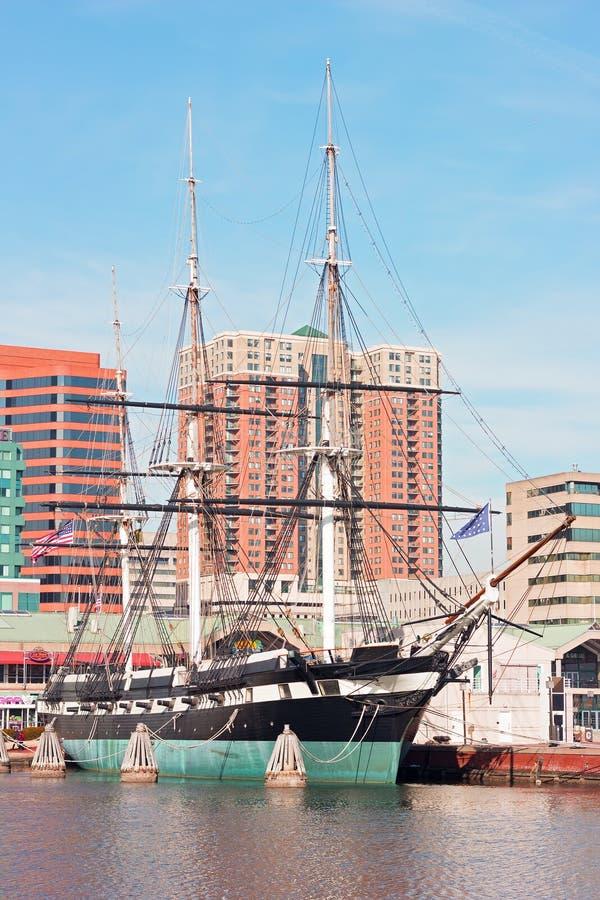 U S S Konstellation som anslutas i Baltimore den inre hamnen, Maryland, USA royaltyfri bild