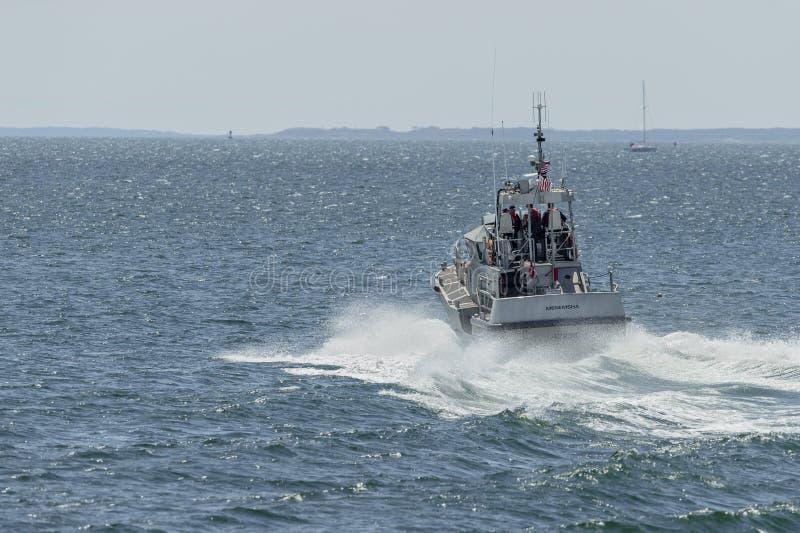 U S Kustbevakning 47 fot motorlivräddningsbåt Menemsha som lämnar New Bedford arkivbilder