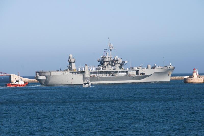 U S S Le Mont Whitney quittant le port grand Malte image stock