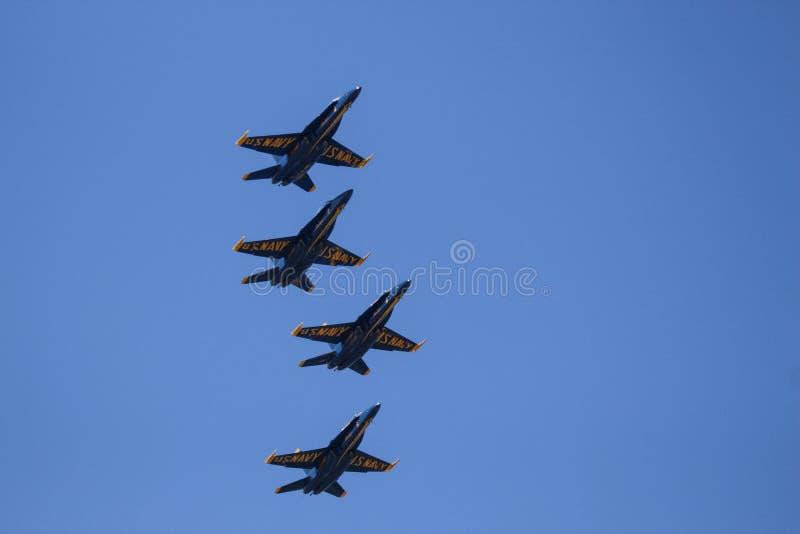 U S Marinblåa änglar flyger över royaltyfri fotografi