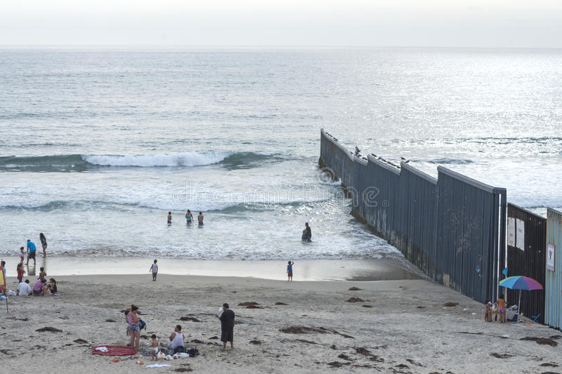 U S - Mexico gränsstaket royaltyfri bild