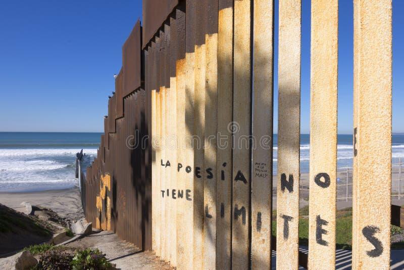 U S - Mexico gränsstaket på stranden i Tijuana royaltyfri foto