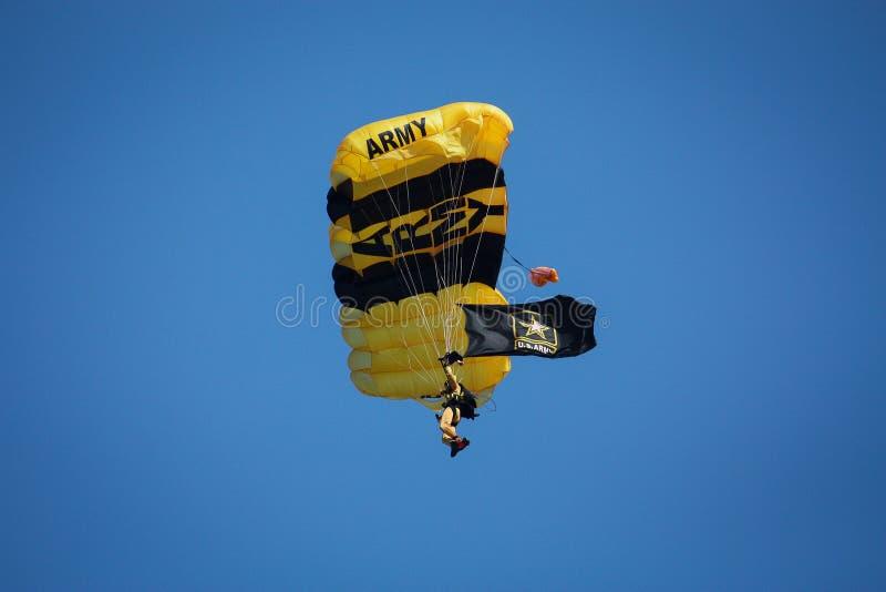 U S Miembros de equipo de oro del paraca?das del caballero del ej?rcito en Cleveland, Ohio en el sept. 2009 imágenes de archivo libres de regalías