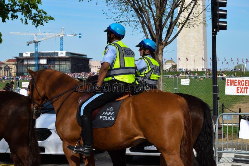U S Parkera polisen på en konsert för jorddag på National Mall arkivfoton