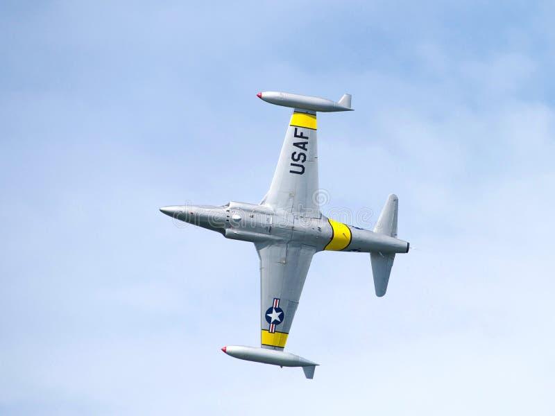 U S Plant utföra för flygvapenmilitär i hastig veckaflygshow arkivbilder