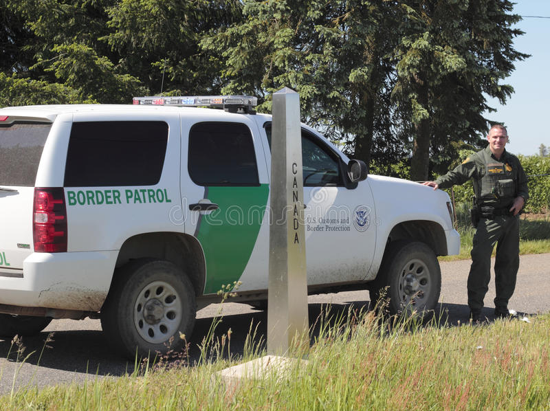 U.S. Rand-Streifenpolizist und sein Fahrzeug stockbild