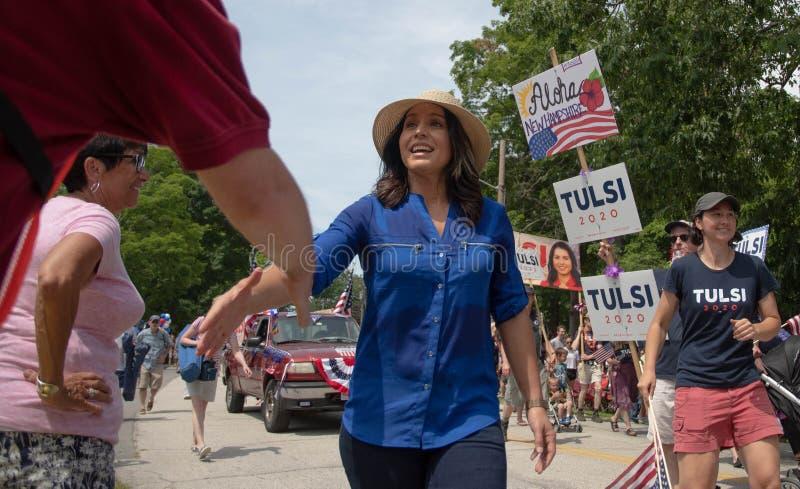 U S Rep Tulsi Gabbard groet de kiezers tijdens de parade van 4 juli in Amherst, New Hampshire, VS, op 4 juli 2019 royalty-vrije stock foto