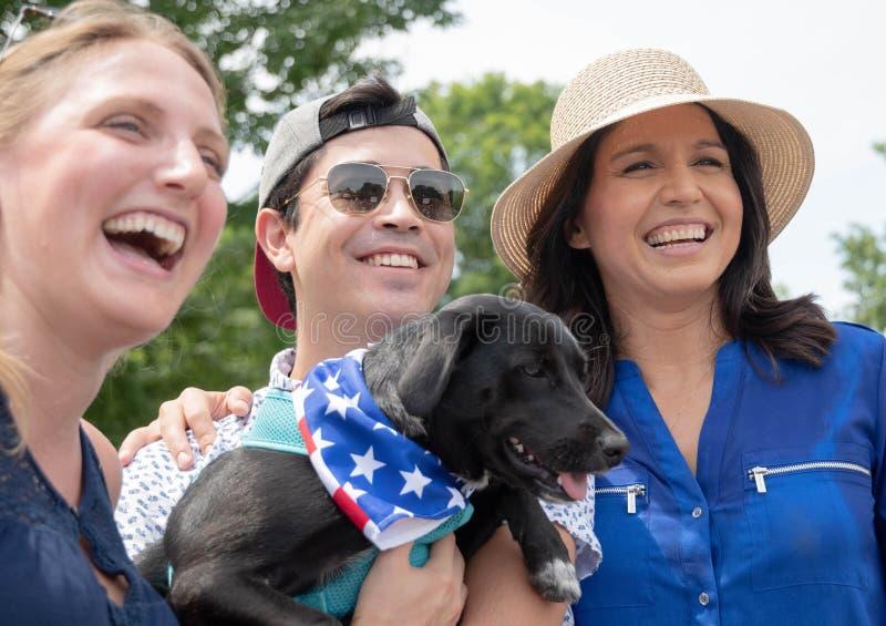 U S Rep Tulsi Gabbard med väljare i Amherst, New Hampshire, USA, den 4 juli 2019 royaltyfria bilder