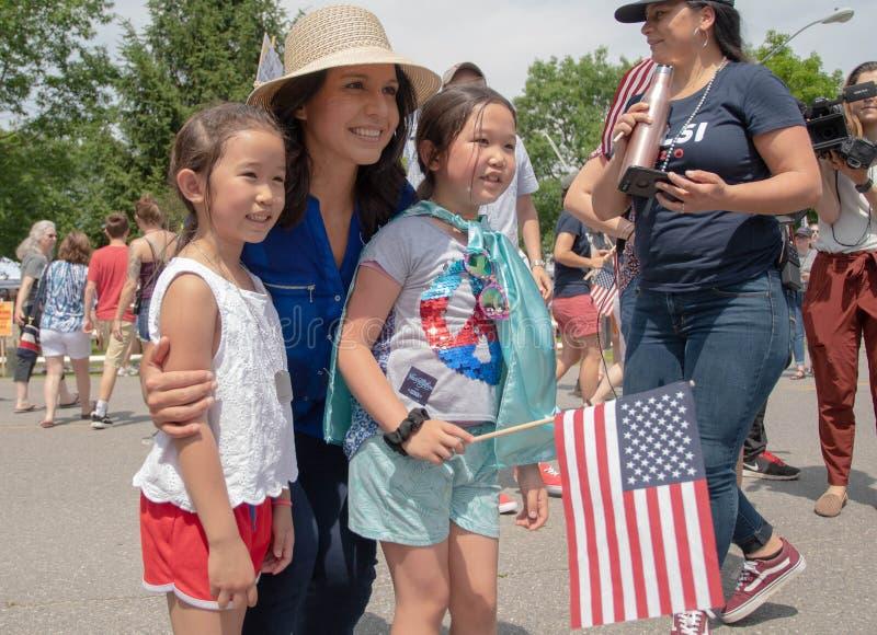 U S Rep Tulsi Gabbard presenteert zich met meisjes tijdens de 4 juli 2019 parade in Amherst, New Hampshire, VS, op 4 juli 2019 stock afbeeldingen
