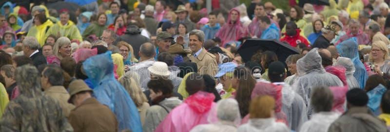 U S Senador John Kerry, en medio de una ovación de pie, saluda a la muchedumbre de huéspedes que asisten a la ceremonia de inaugu fotografía de archivo libre de regalías