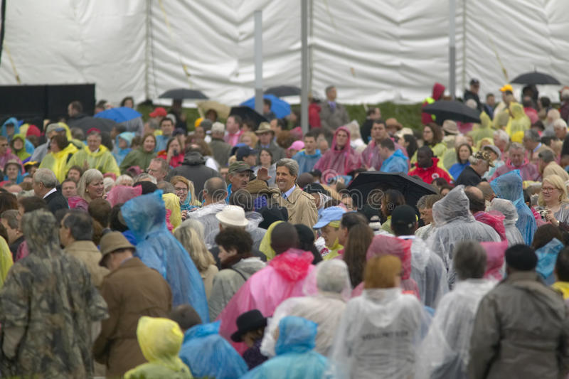 U S Senador John Kerry, en medio de una ovación de pie, saluda a la muchedumbre de huéspedes que asisten a la ceremonia de inaugu foto de archivo