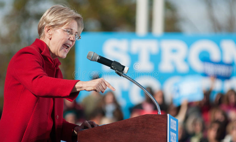 U S Senatorn Elizabeth Warren talar i Manchester, New Hampshire, Oktober 24, 2016 royaltyfri fotografi