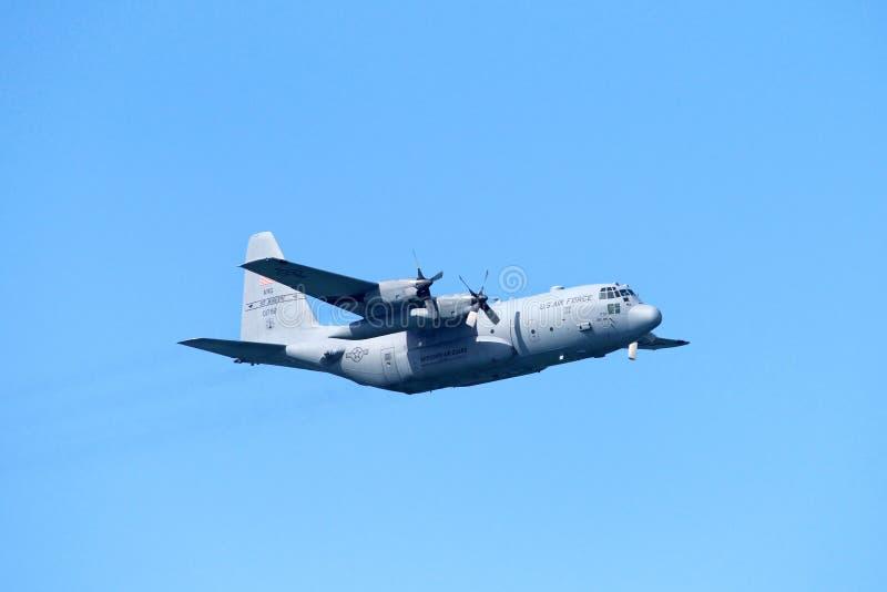 U S Siły Powietrzne wojskowy hebluje w locie fotografia stock