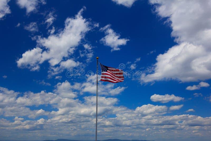 U S A Sinalizador com Nuvens e Céu imagens de stock royalty free
