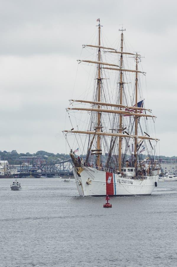 U S Straży Przybrzeżnej barque Eagle opuszcza Nowego Bedford obraz royalty free