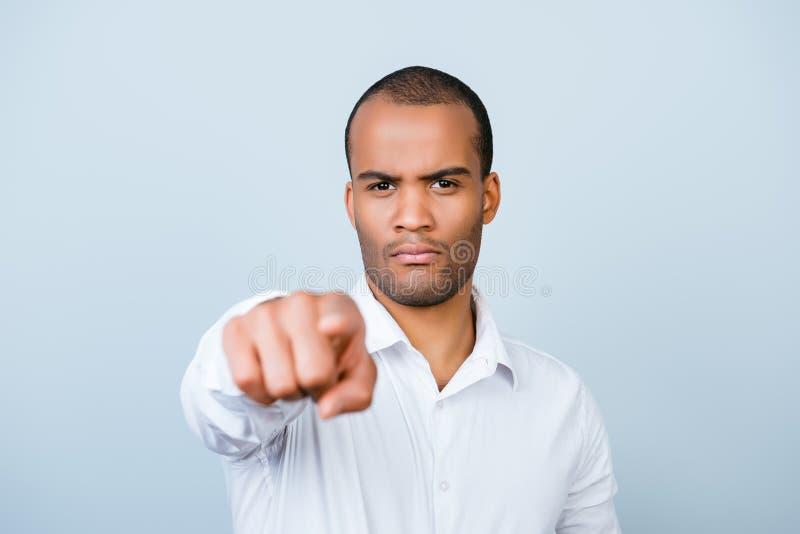 U! Strikte knappe Afrikaanse mens die u kiezen, richtend op s stock fotografie