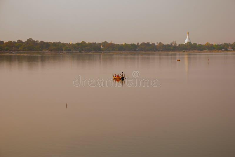U van het oriëntatiepuntlandschap bein overbrugt, Taungthaman-meer, Amarapura, de stad van Mandalay van Myanmar birma royalty-vrije stock afbeelding