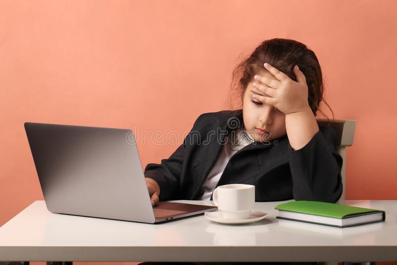 u?ywa? laptop studiowa? Biznesowa dziewczyna praca - nauki zmęczenie fotografia royalty free