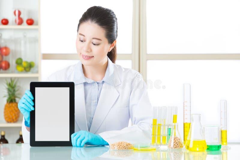 U zult de informatie van het genetische modificatievoedsel door digitaal t vinden stock afbeelding