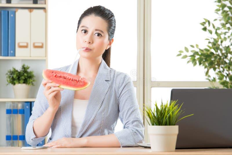 U zult in liefde met echt vers watermeloensap vallen stock foto