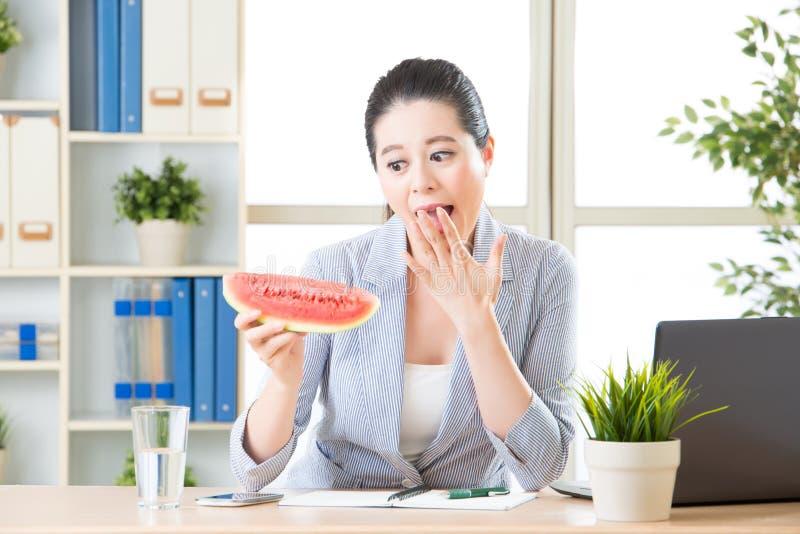 U zult verrast voelen om watermeloen in bureau voor de zomer te zien stock foto