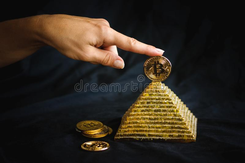 在金字塔顶部的bitcoin. 电子, 互联网.