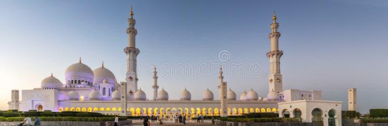 UAE/ABUDHABI 15 DEZ 2018 - όμορφη φωτογραφία panamoramica του μεγάλου μουσουλμανικού τεμένους με το ηλιοβασίλεμα Αμπού Νταμπί Ε.Α στοκ εικόνα