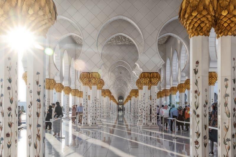 UAE/ABUDHABI - 15 DEZ 2018 - BeauUAE/ABUDHABI - 15 DEZ 2018 - όμορφες αψίδες του αραβικού μουσουλμανικού τεμένους με το περπάτημα στοκ φωτογραφία