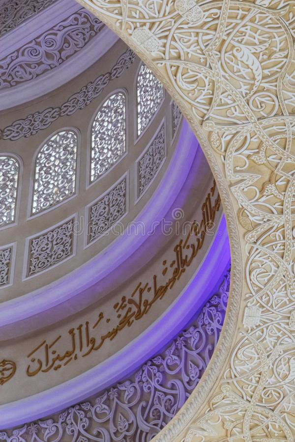 UAE/ABUDHABI - 15 DEZ 2018 - bewerkt plafond van de grote moskee, Abu Dhabi De V.A.E royalty-vrije stock fotografie