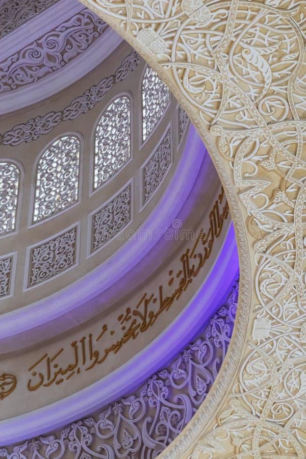 UAE/ABUDHABI - 15 DEZ 2018 - in Handarbeit gemachte Decke von der großen Moschee, Abu Dhabi UAE lizenzfreie stockfotografie