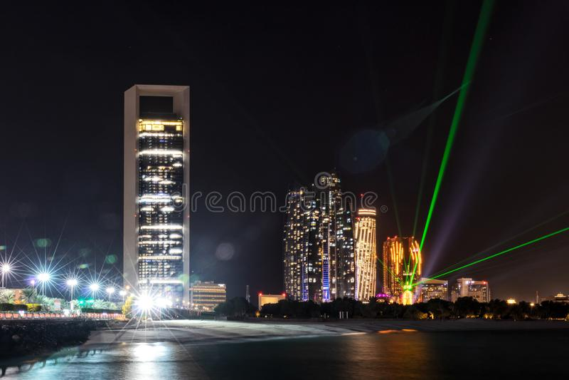 UAE/ABUDHABI 18 DEZ 2018 - nocy fotografia, długi ujawnienie Abu Dhabi marina UAE zdjęcie stock
