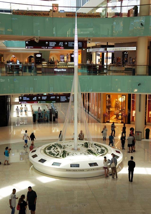 UAE, DUBAI - 12 DE JULHO DE 2018: torre de Dubai Creek da construção de modelos imagem de stock royalty free