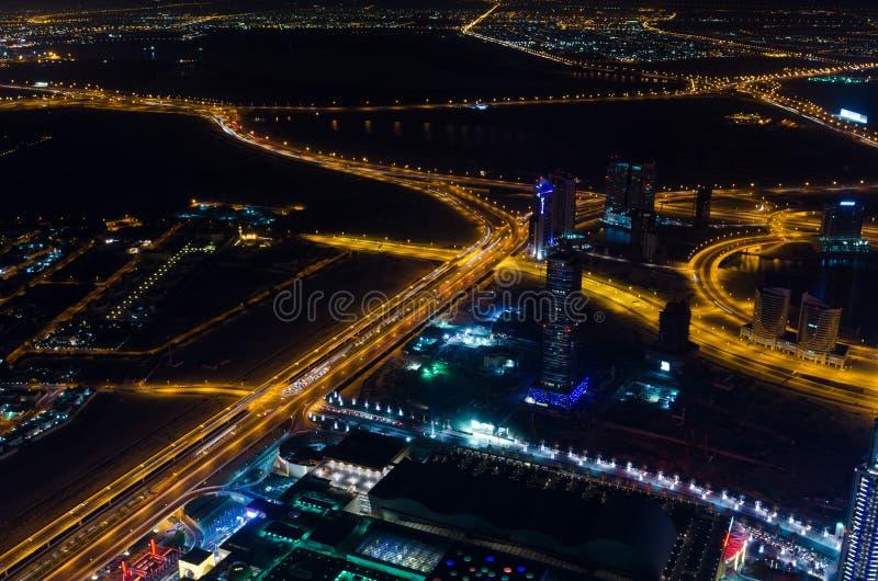 UAE, Dubai, 06/14/2015, i stadens centrum ljus och schejken för dubai futuristiska stadsneon zayed vägskottet från det mest högvä fotografering för bildbyråer