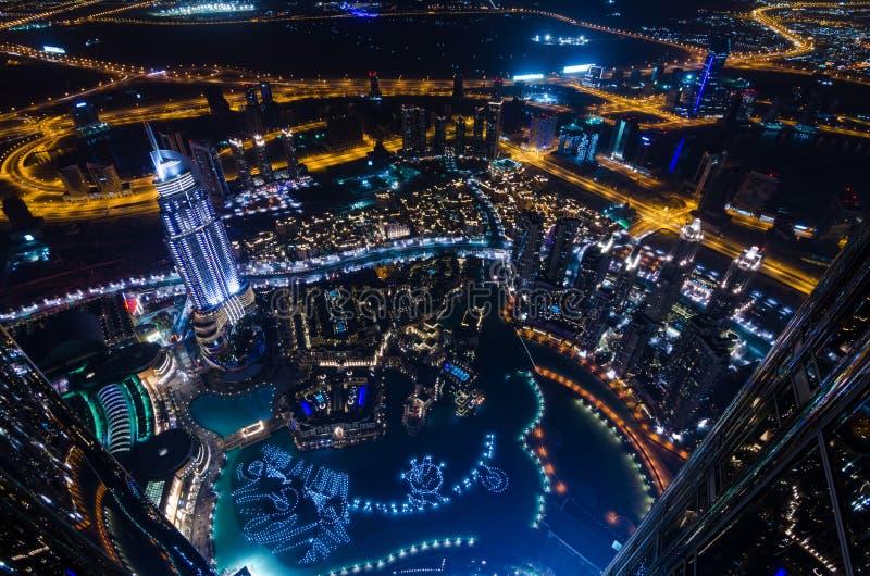 UAE, Dubai, 06/14/2015, Neonlichter und Scheich im Stadtzentrum gelegener Stadt Dubais futuristischer zayed die Straße, die vom W lizenzfreie stockbilder
