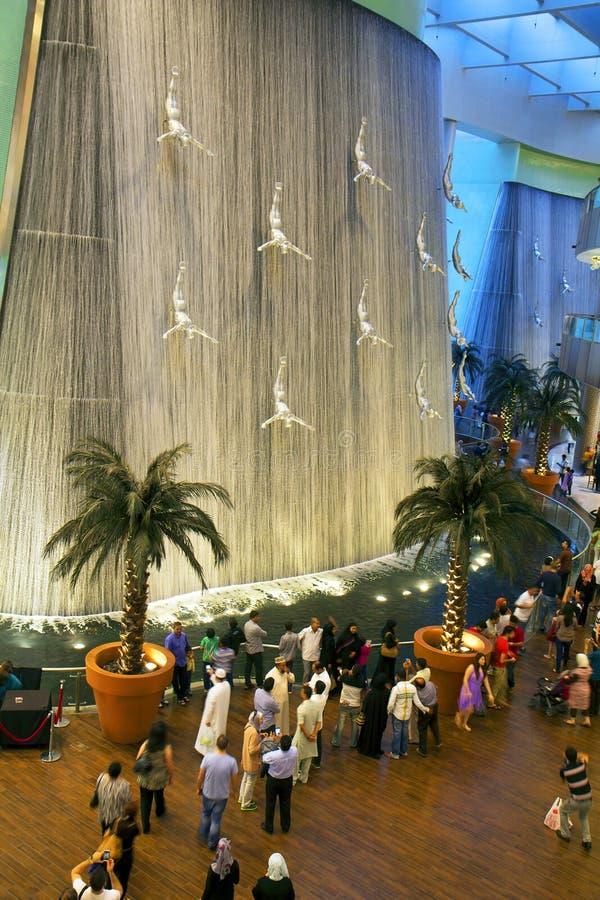 UAE Siklawa w zakupy centrum handlowym Dubaj centrum handlowe zdjęcie stock