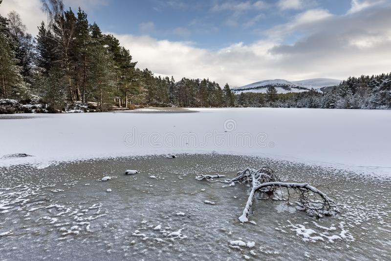 Uath Lochan en invierno en Glen Feshie en el parque nacional de Cairngorms imagenes de archivo