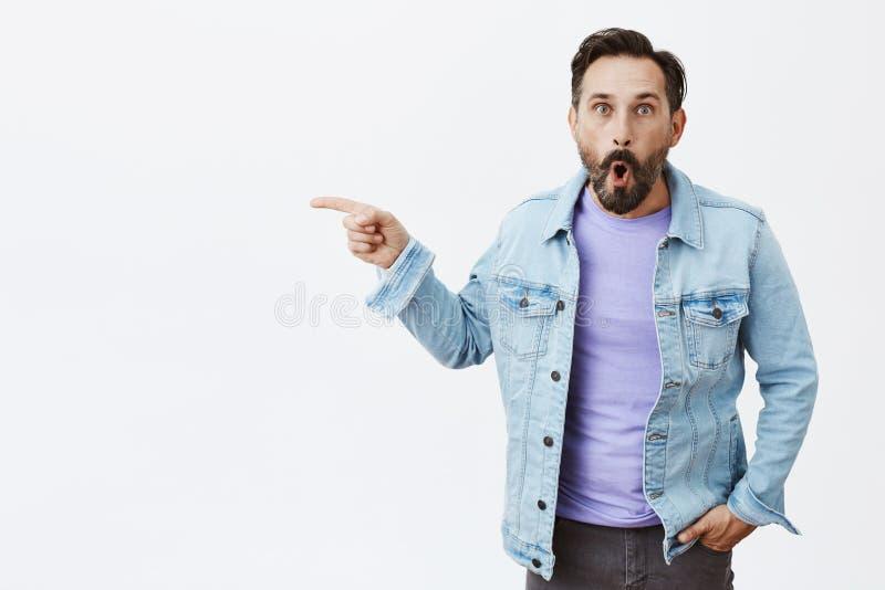 Uau, olhar surpreendente da tomada O retrato de agitou e imprimiu o homem farpado maduro adulto com os enrugamentos no revestimen imagem de stock royalty free