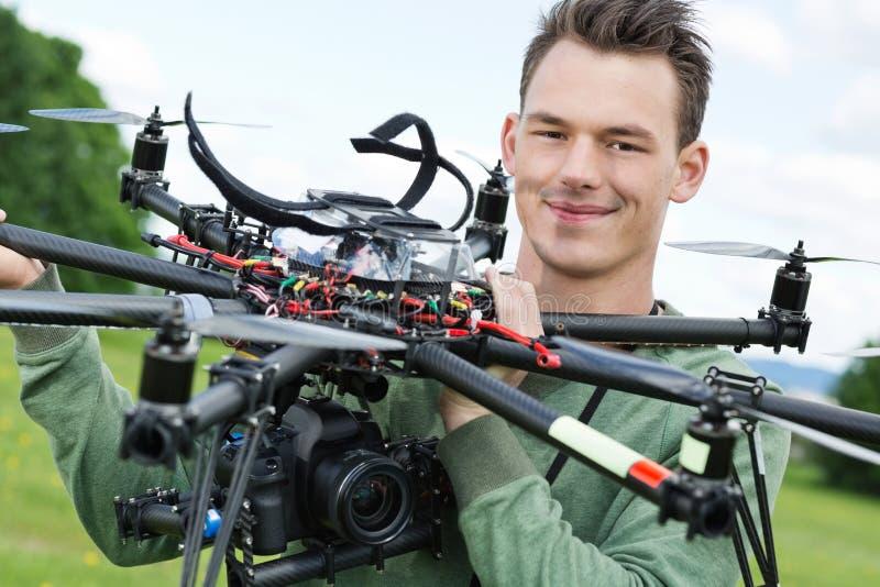 UAV de Holding d'ingénieur avec l'appareil-photo image libre de droits