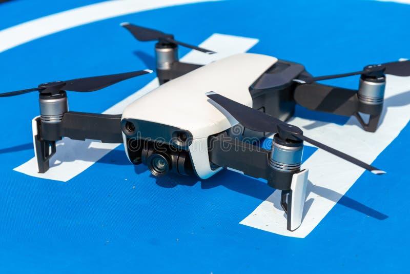 UAV de Witte helikopter van hommelquadr met geodetische module en digitale camera onderzoekt tijdens de vlucht het gebied op de a royalty-vrije stock afbeelding