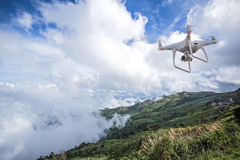 Uav hommelhelikopter die met digitale camera vliegen Hommel met hoge resolutie digitale camera stock afbeelding