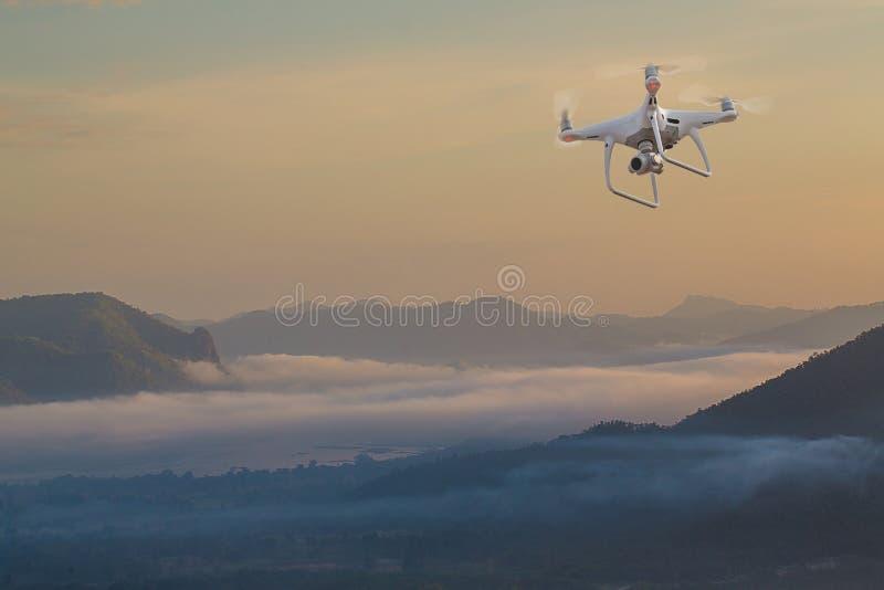 Uav hommelhelikopter die met digitale camera vliegen Hommel met hoge resolutie digitale camera royalty-vrije stock afbeeldingen