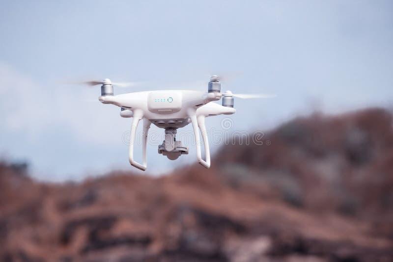 Uav hommelhelikopter die met hoge resolutie digitale camera vliegen royalty-vrije stock afbeeldingen