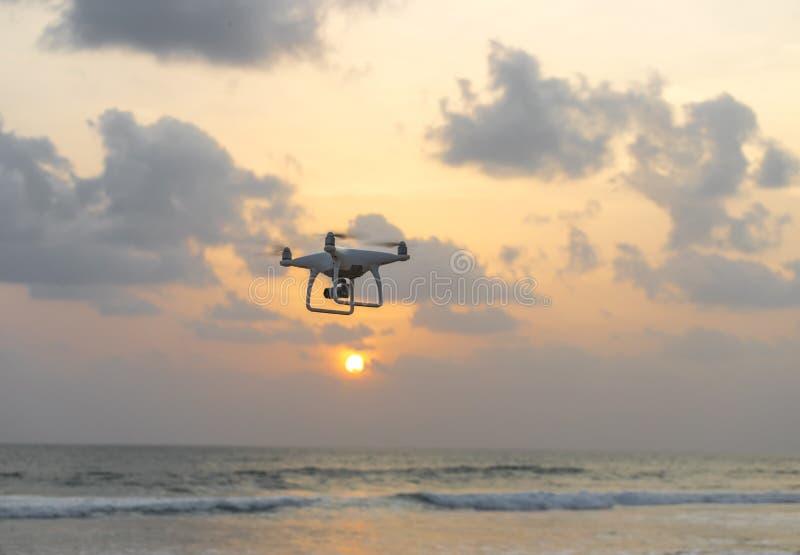 Uav hommelhelikopter die met hoge resolutie digitale camera vliegen stock foto's