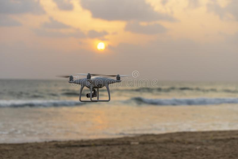 Uav hommelhelikopter die met hoge resolutie digitale camera vliegen stock foto