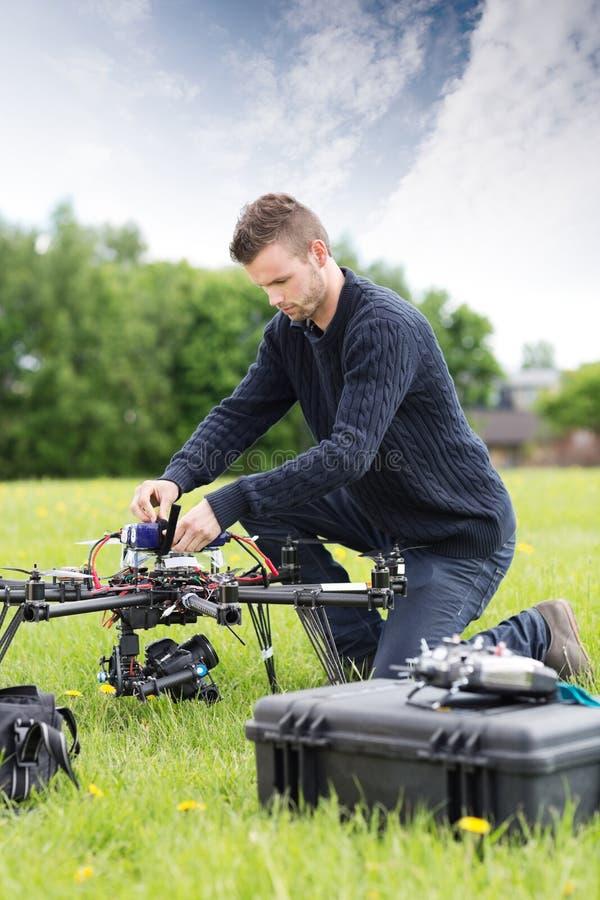 UAV joven de Assembling del ingeniero imagenes de archivo