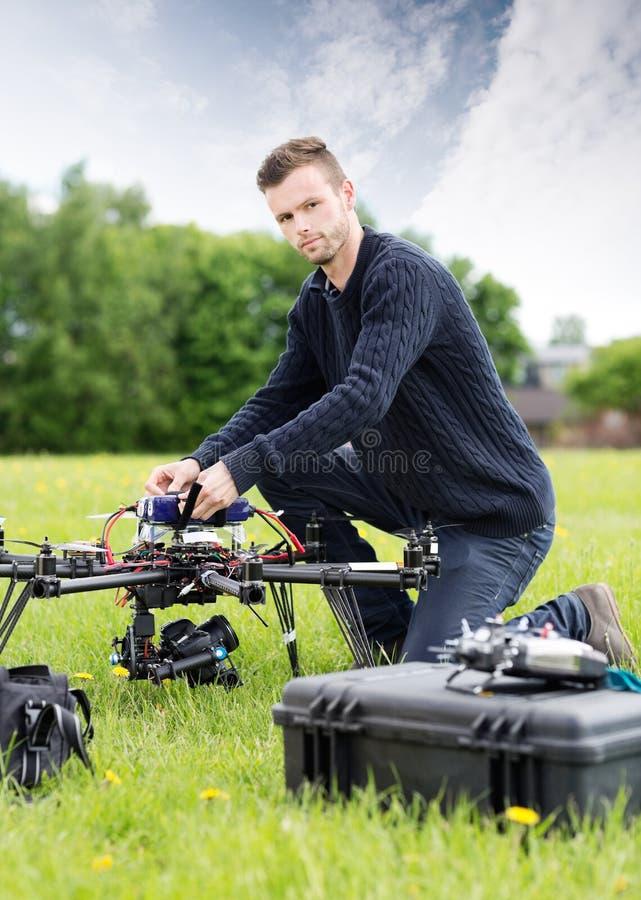 UAV joven de Assembling del técnico en parque fotos de archivo libres de regalías