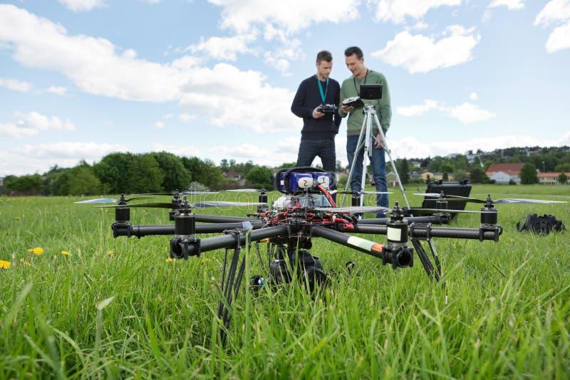 UAV Octocopter e tecnici al parco fotografia stock libera da diritti