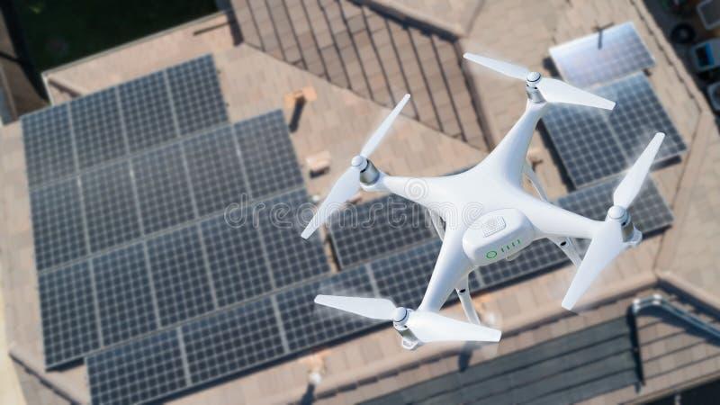 Uav-surr som kontrollerar solpaneler på stort hus arkivfoton